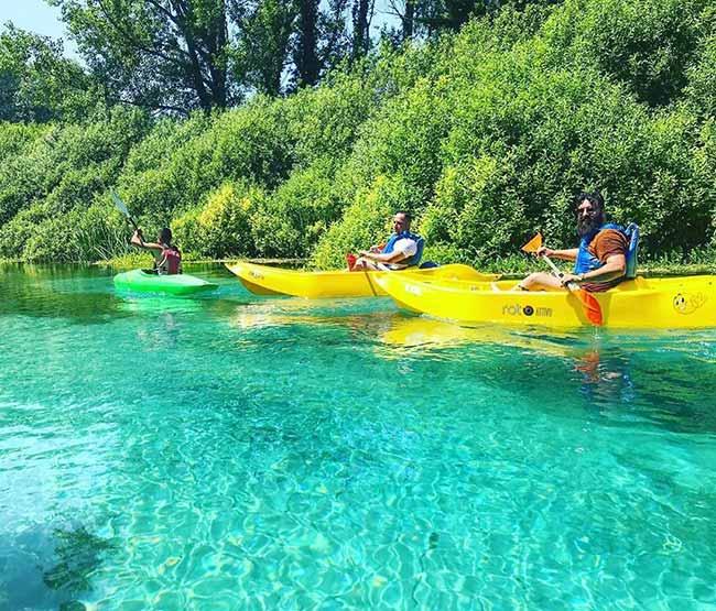 fiume tirino canoa in gruppo