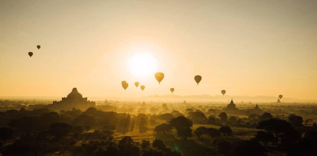 mongolfiere in volo manifesto felicitart